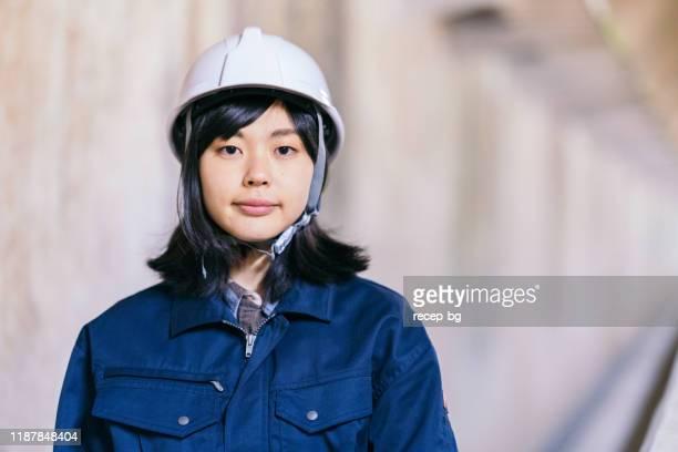 女性手作業士の肖像 - 工場 ストックフォトと画像