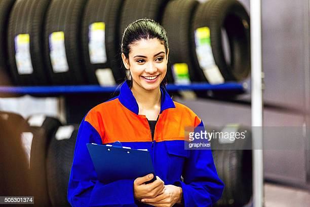 Porträt weibliche Mechaniker mit Reifen