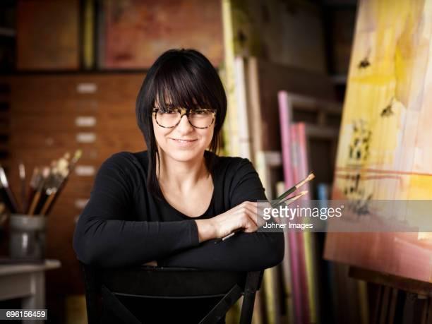 portrait of female painter in studio - da cintura para cima - fotografias e filmes do acervo