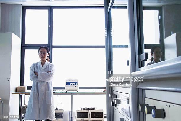 portrait of female scientist in laboratory - sigrid gombert imagens e fotografias de stock