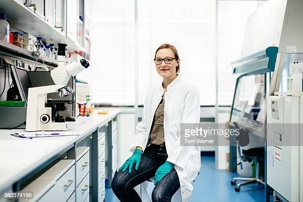 portrait of female scientist in laboratory - laborkittel stock-fotos und bilder
