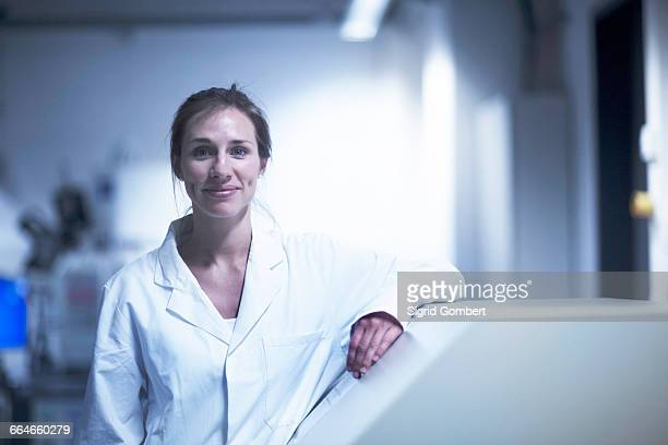 portrait of female scientist in laboratory - sigrid gombert stock pictures, royalty-free photos & images
