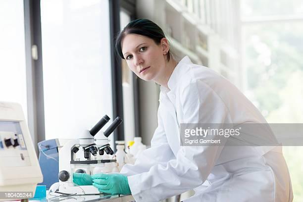 portrait of female scientist using laboratory equipment - sigrid gombert imagens e fotografias de stock