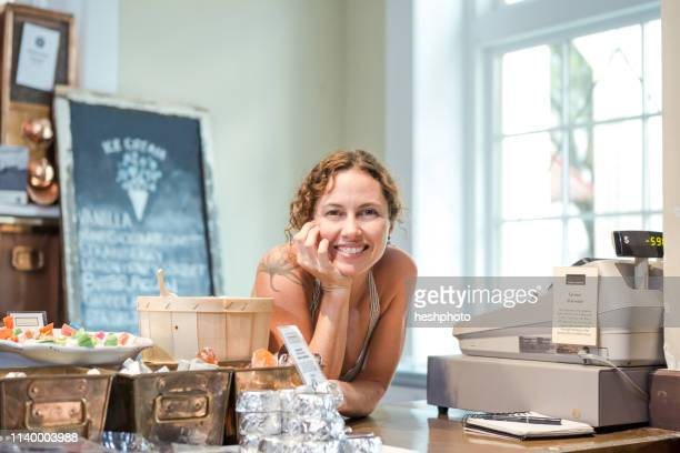 portrait of female shop keeper in ice cream shop - heshphoto - fotografias e filmes do acervo