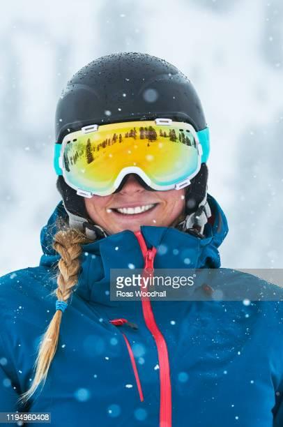 portrait of female skier with goggles - belleza de la naturaleza fotografías e imágenes de stock
