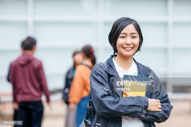 女子大学生の肖像画 - カメラ目線 ストックフォトと画像