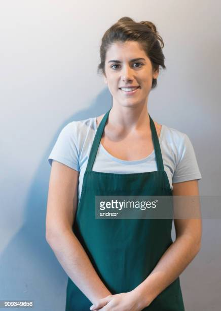 portrait of female waitress looking at camera smiling - grembiule foto e immagini stock