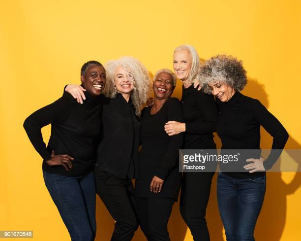 portrait of five women laughing and having fun - studiofoto stockfoto's en -beelden