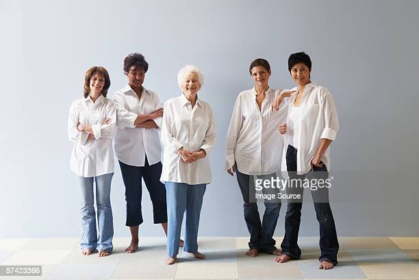 portrait of five women - cinq personnes photos et images de collection