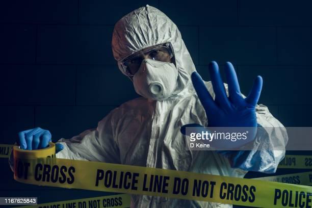 犯罪現場における法医学者の肖像 - 検死官 ストックフォトと画像