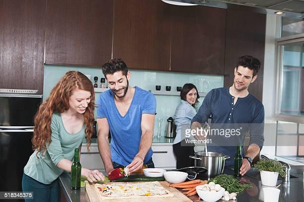 portrait of four friends cooking together - nur erwachsene stock-fotos und bilder