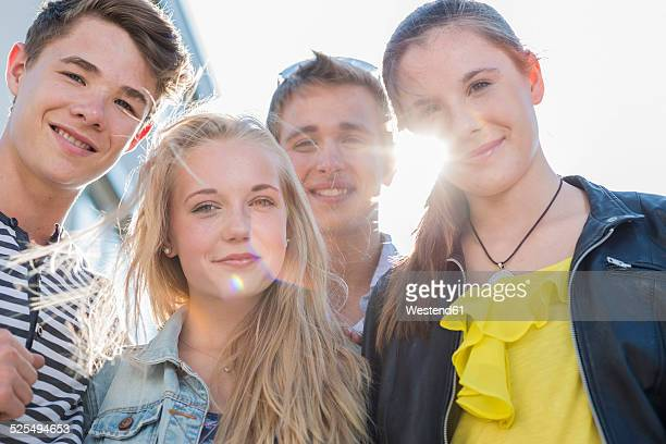 portrait of four friends outdoors - jugendalter stock-fotos und bilder