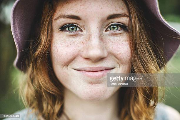 portrait of freckled woman looking at camera smiling - sarda - fotografias e filmes do acervo