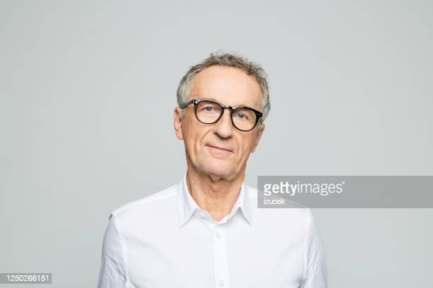 retrato de un hombre de negocios mayor amistoso - izusek fotografías e imágenes de stock