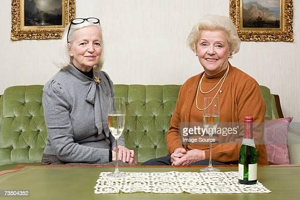Portrait d'amis partage de champagne