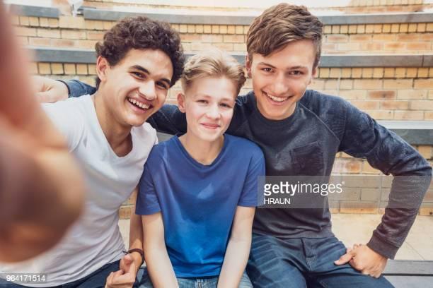 Porträt von Freunden unter Selfie auf Schulgelände