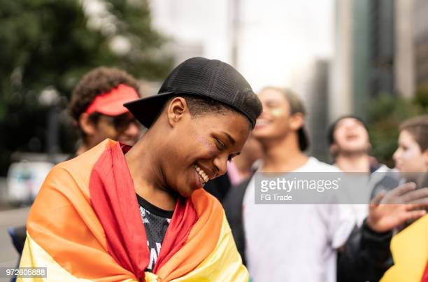 Portrait de Gay Boy avec amis vu plaisir sur fond
