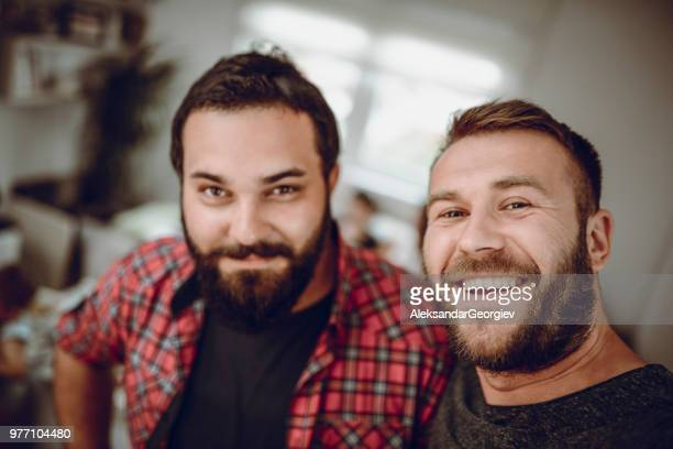 Portrait Of Gay Couple Entspannung zu Hause