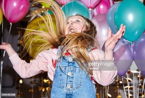 portrait of girl at a party - birthday balloons - fotografias e filmes do acervo