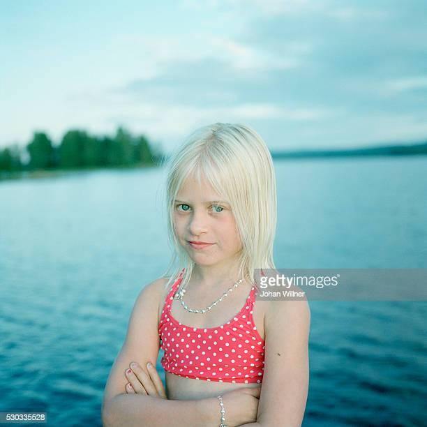 portrait of girl at lake - レクサンド ストックフォトと画像