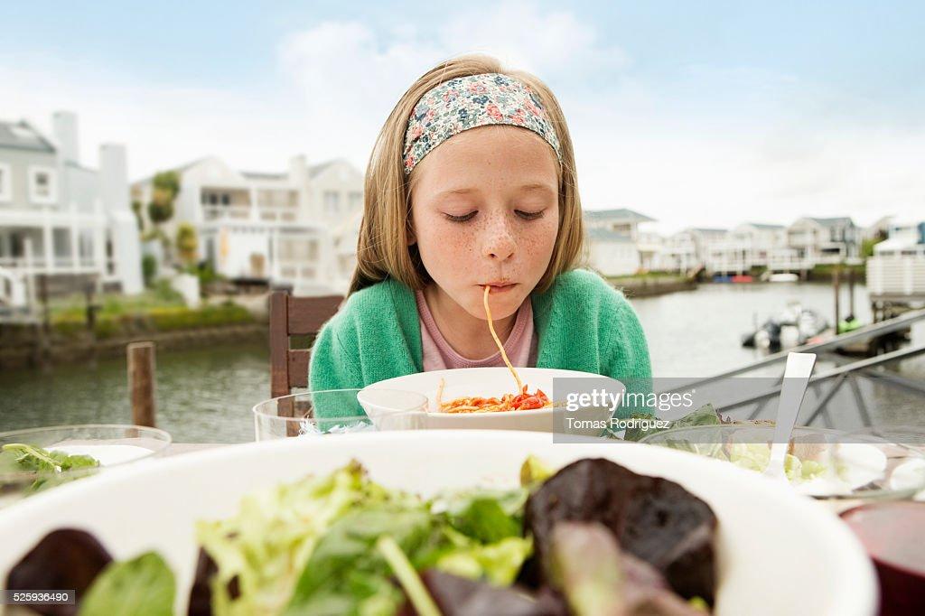 Portrait of girl (8-9) eating pasta : Stock-Foto