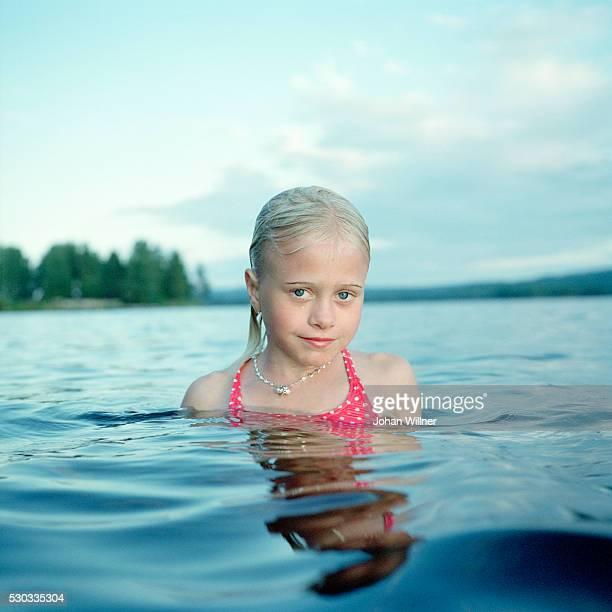 portrait of girl in lake - レクサンド ストックフォトと画像