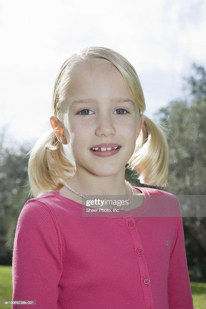 Portrait of girl (6-7) in park : Stockfoto