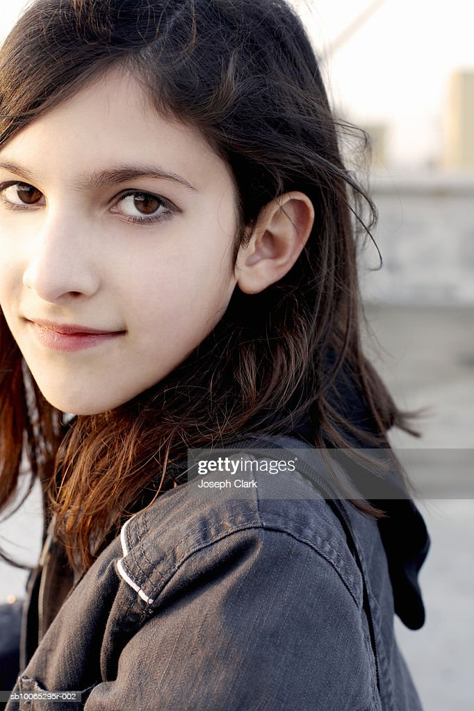 Portrait of girl (10-11) outdoors : Foto stock