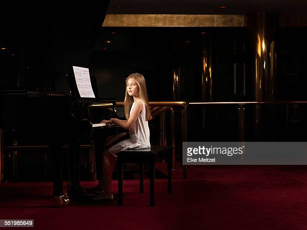portrait of girl playing piano on stage - tranquil scene photos et images de collection