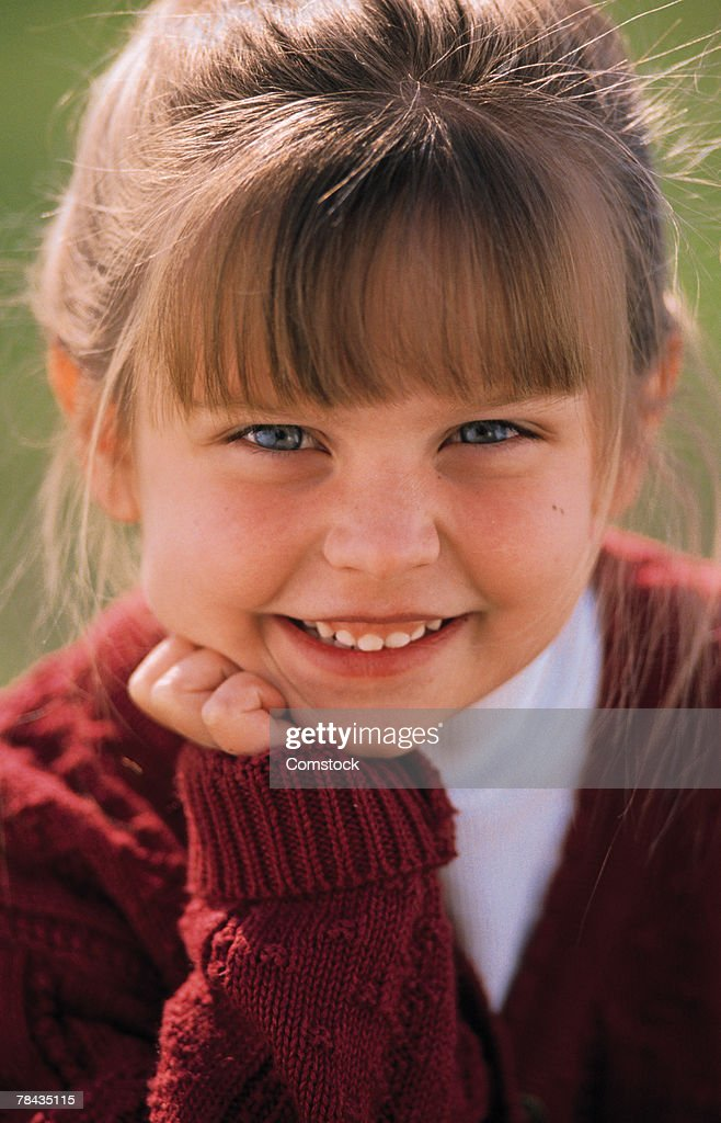 Portrait of girl resting her chin in her hand : Stockfoto