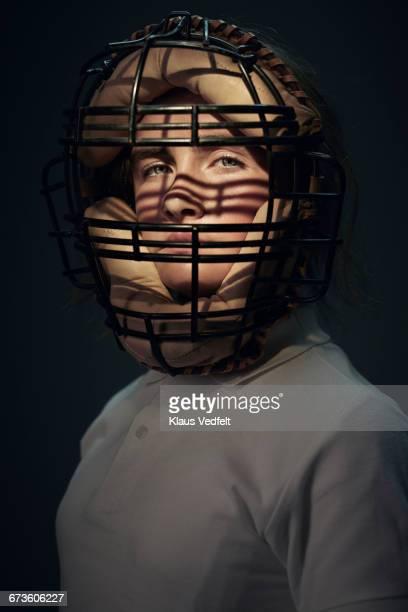 portrait of girl wearing vintage baseball mask - esgrima esporte de combate - fotografias e filmes do acervo