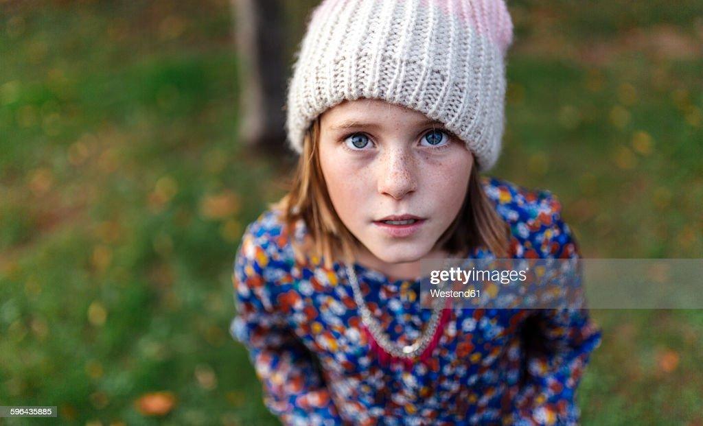 Portrait of girl wearing woollen cap looking up : Foto de stock