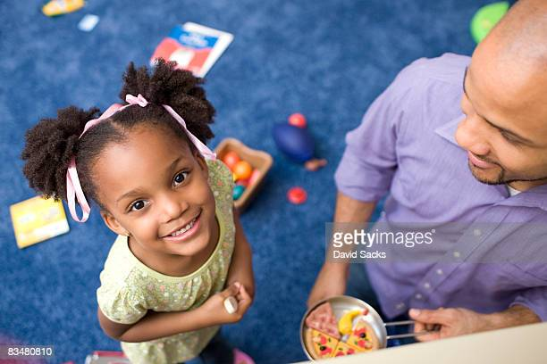 Retrato de chica con padre en la sala de juegos