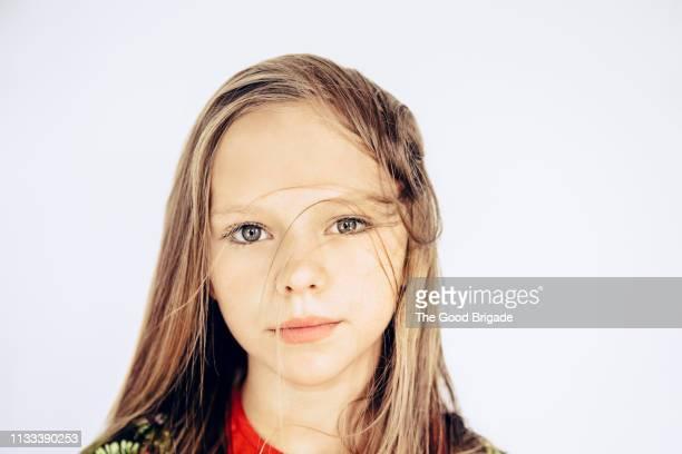 portrait of girl with messy hair - ein mädchen allein stock-fotos und bilder