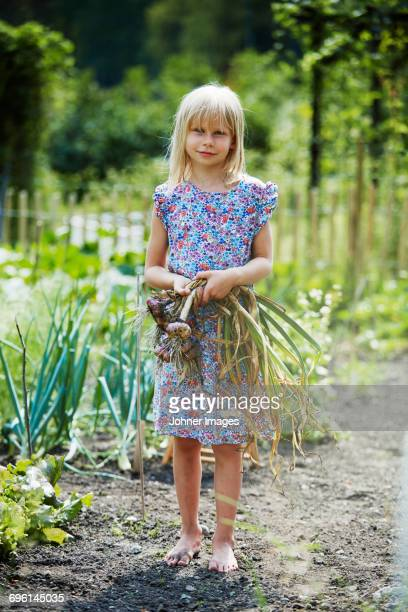 portrait of girl with onions - dirty little girls photos stock pictures, royalty-free photos & images