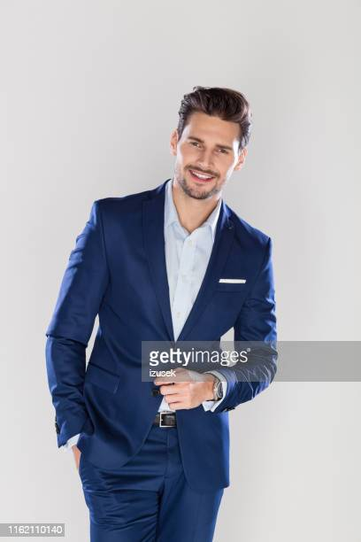 verticale de l'homme d'affaires jeune de regard beau - formal portrait photos et images de collection