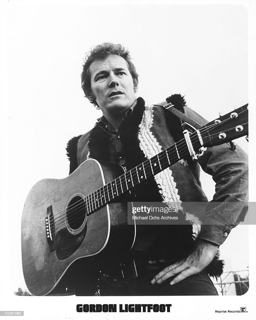 Gordon Lightfoot Portrait with Guitar : News Photo