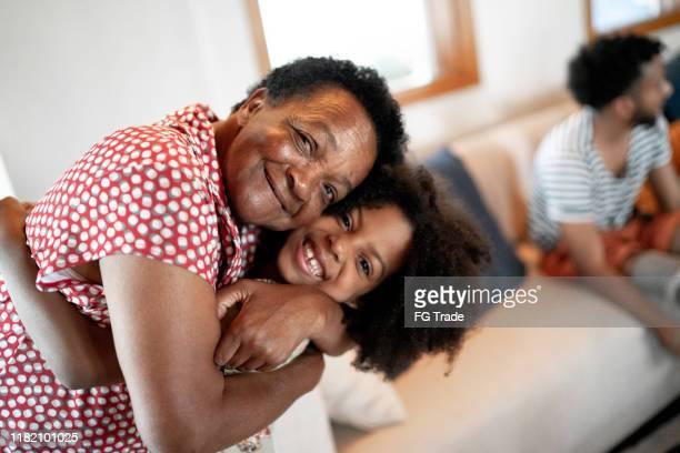 祖母給她的孫女一個擁抱的肖像 - 巴西文化 個照片及圖片檔