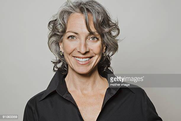 portrait of gray haired woman smiling - graues haar stock-fotos und bilder