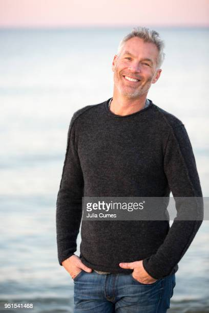 portrait of gray-haired man standing against sea with hands in pockets, dennis, massachusetts, usa - cadrage à la taille photos et images de collection