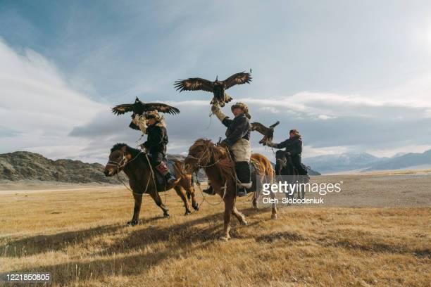 モンゴルの川近くのワシハンターのグループの肖像画 - マイノリティ ストックフォトと画像