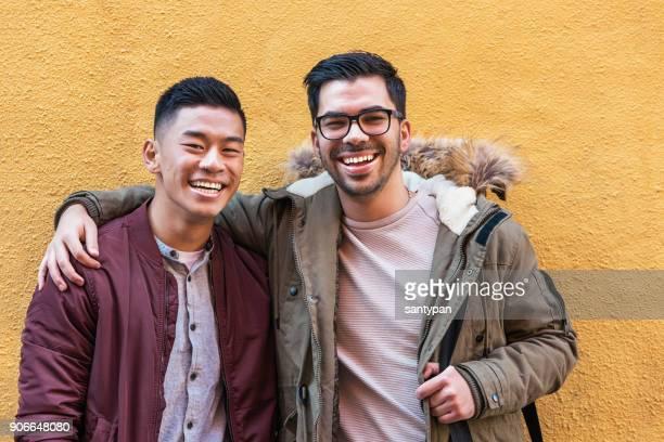Retrato de grupo de amigos buscando la cámara en la calle.