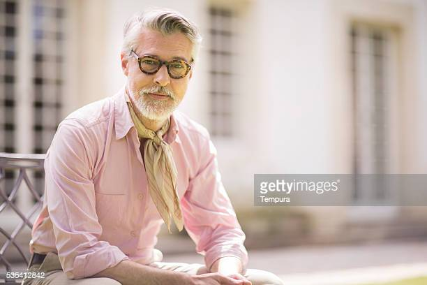 portrait of handsome man looking at camera. - franse cultuur stockfoto's en -beelden