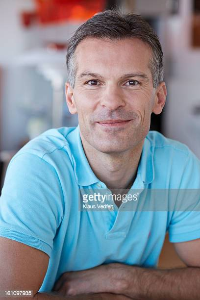 portrait of handsome man looking in camera - polo t shirt photos et images de collection