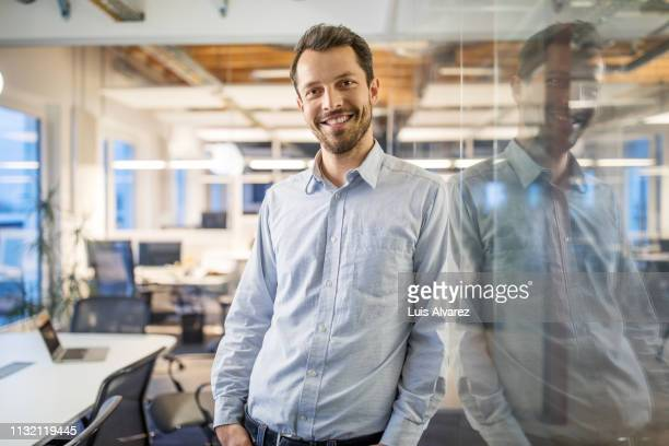 portrait of handsome young businessman - bovenlichaam stockfoto's en -beelden