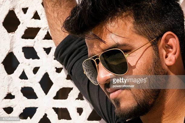 Portrait de beau jeune homme portant des lunettes de soleil indien