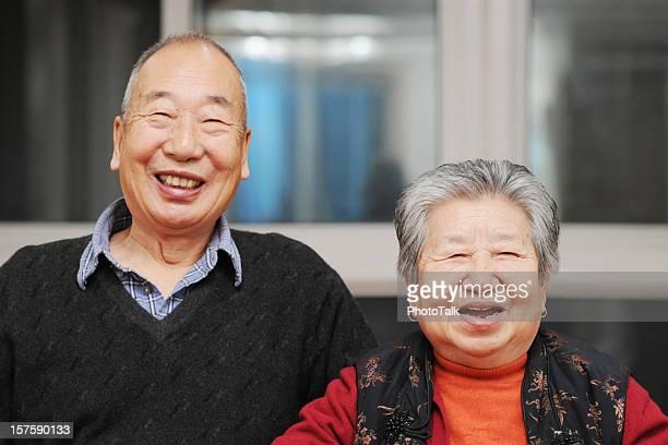 幸せなアジアのポートレート年配のカップル
