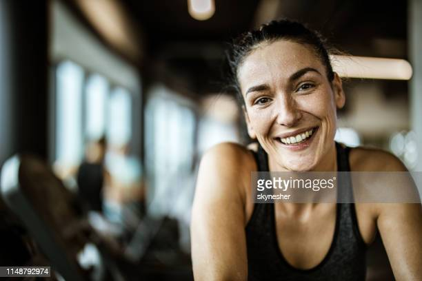 porträt der glücklichen athletischen frau voller schweiß in einem fitnessstudio. - sportlerin stock-fotos und bilder