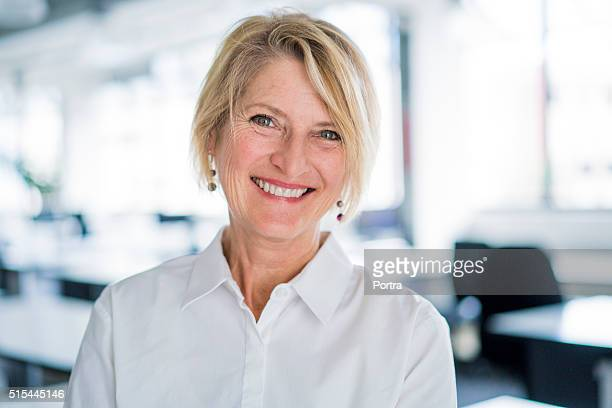 portrait of happy businesswoman in office - 40 49 jaar stockfoto's en -beelden