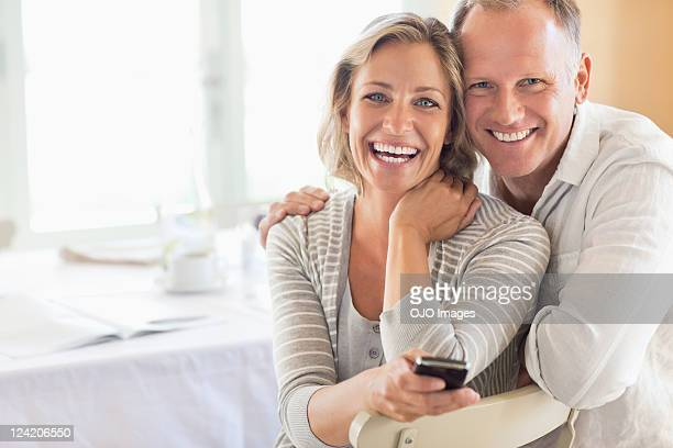portrait of happy couple at the breakfast table - 40 49 jaar stockfoto's en -beelden